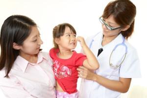 笑顔の親子と女医